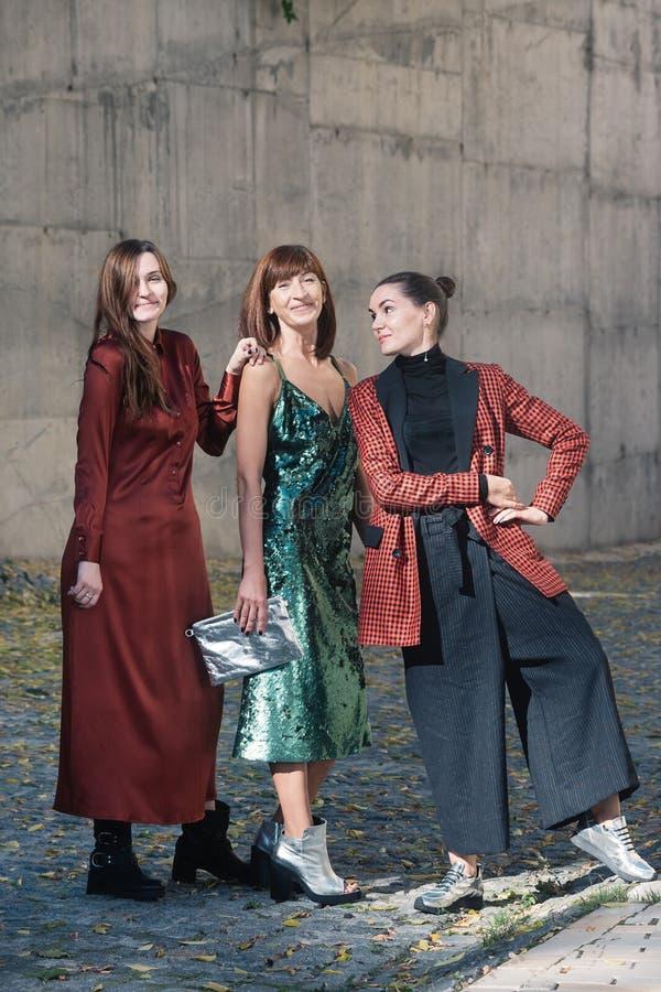 Zonnige de straatstijl van de drie mooie vrouwenmanier royalty-vrije stock foto