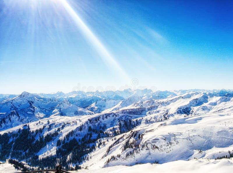 Zonnige de winterdag in alpiene skitoevlucht, damà ¼ ls Vorarlberg Austri stock foto