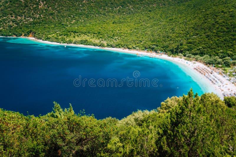 Zonnige de zomerdag op Antisamos-strand op Kefalonia-eiland, Griekenland Glashelder water, reusachtig heuvels mooi wit strand royalty-vrije stock foto