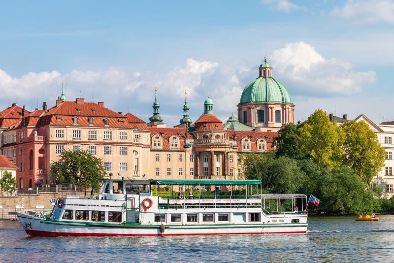 Zonnige de zomerdag op Vltava-rivier met toeristische boot in Praag stock afbeeldingen