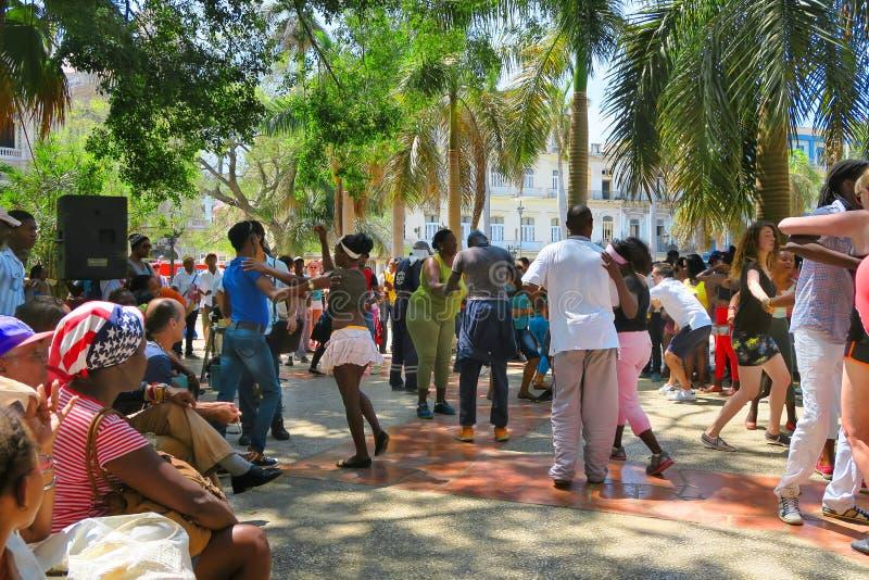 Zonnige en hete Cubaanse salsa in het vierkant van Havana stock foto