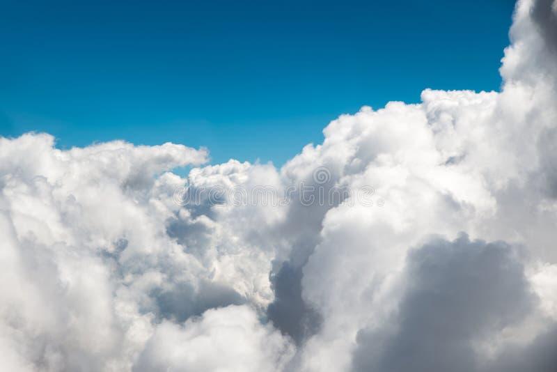 Zonnige hemel abstracte achtergrond, mooie cloudscape, op de hemel, mening van het venster van een vliegtuig die in de wolken vli stock afbeelding