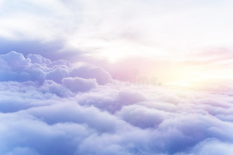 Zonnige hemelachtergrond stock afbeelding