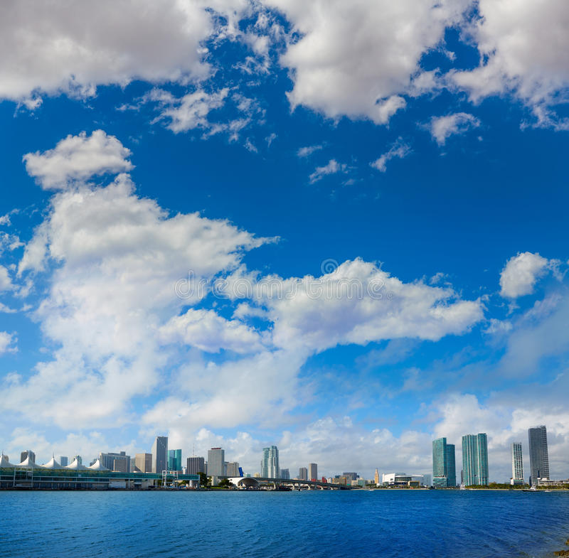 Zonnige horizon de van de binnenstad van Miami in Florida de V.S. stock foto's