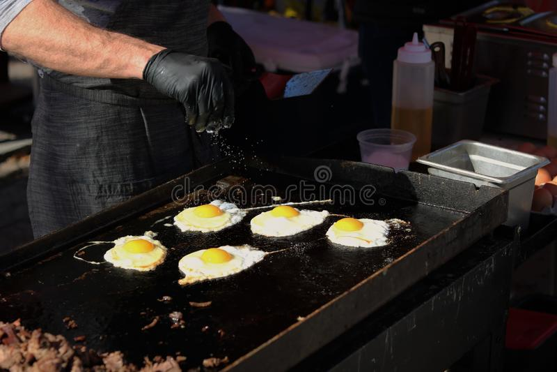 Zonnige kant op eieren en lapje vlees op rooster stock foto's