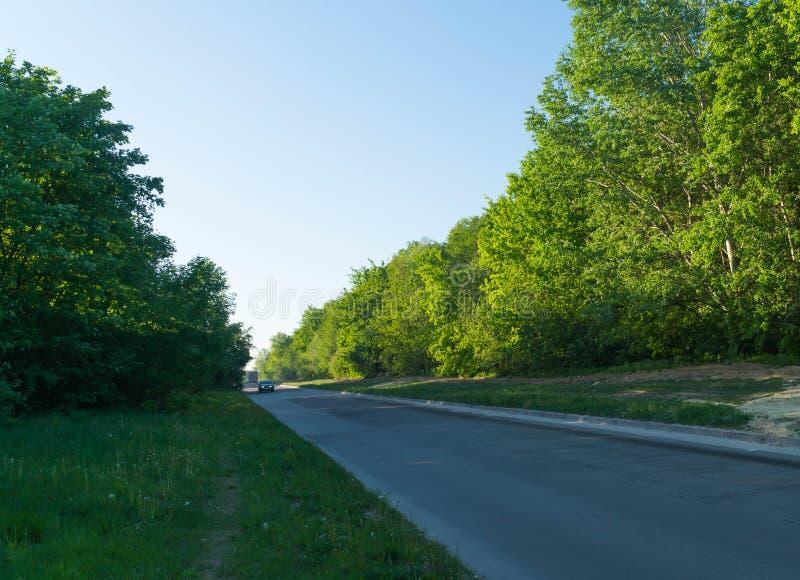 Zonnige landweg, zonsopgang, zonsondergang, manier, toneel, bewolkt landschap, kant, straat, weg, speedwaybaan royalty-vrije stock fotografie