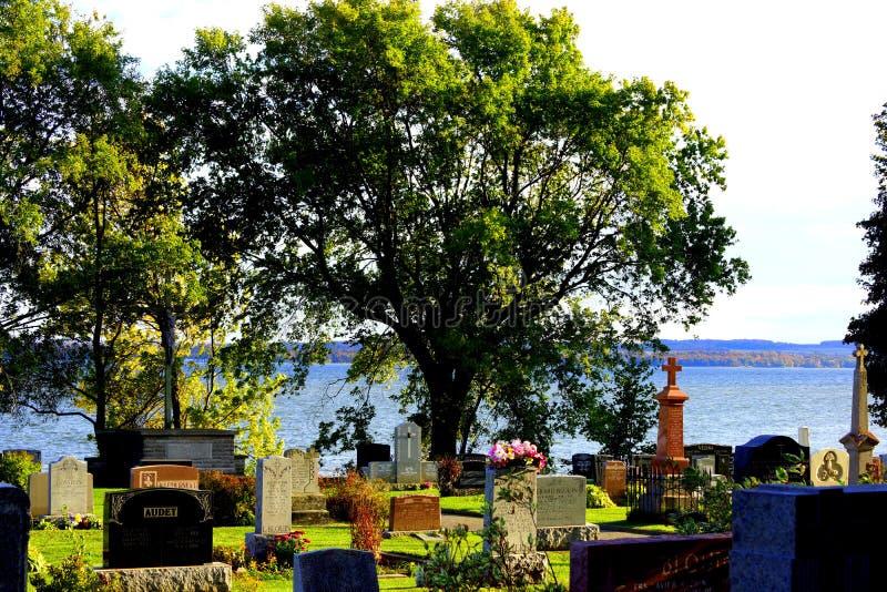 Zonnige mening van een begraafplaats bij de rand van het water royalty-vrije stock fotografie