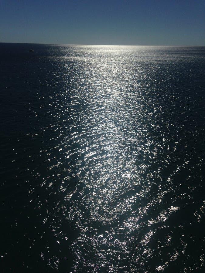 Zonnige oceaanmening stock foto