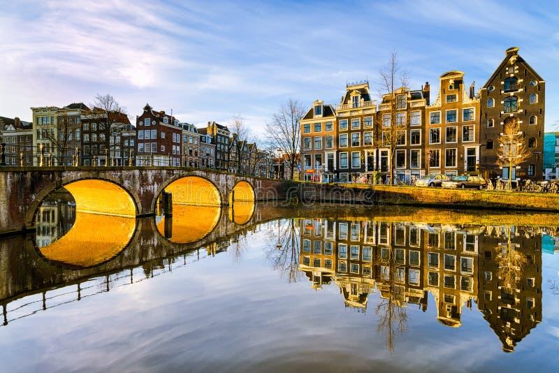 Zonnige ochtend in Amsterdam, Nederland stock afbeeldingen
