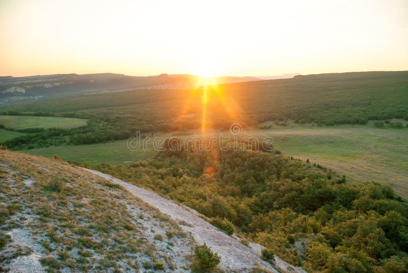 Zonnige ochtend in de bergen Zonsopgang Landschap stock foto's
