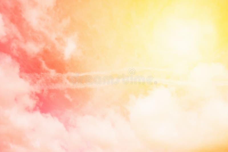 Zonnige oranjegele hemelachtergrond Mooie warme hemel met wolken Gestemde foto royalty-vrije stock fotografie