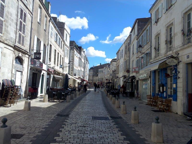 zonnige straat in La Rochelle royalty-vrije stock foto's
