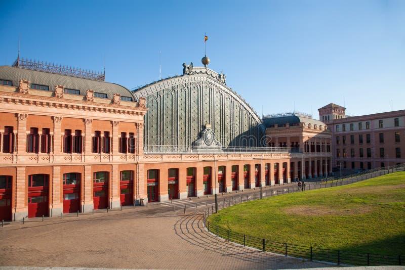 Zonnige voorgevel van het station van Madrid Atocha royalty-vrije stock foto's
