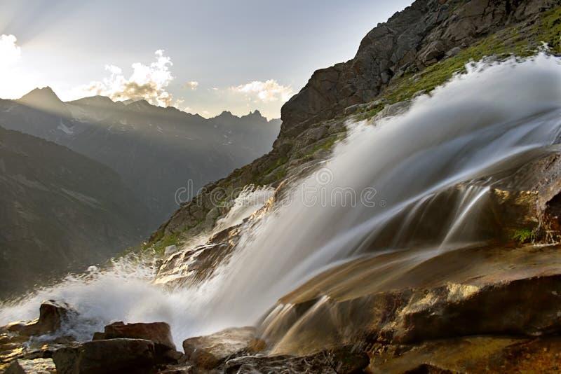Zonnige waterval royalty-vrije stock fotografie
