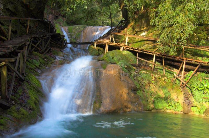 Zonnige waterval, Lazarevskoe stock fotografie