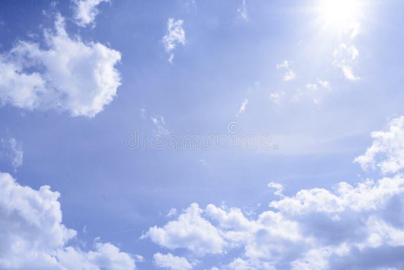 Zonnige wolken stock foto's