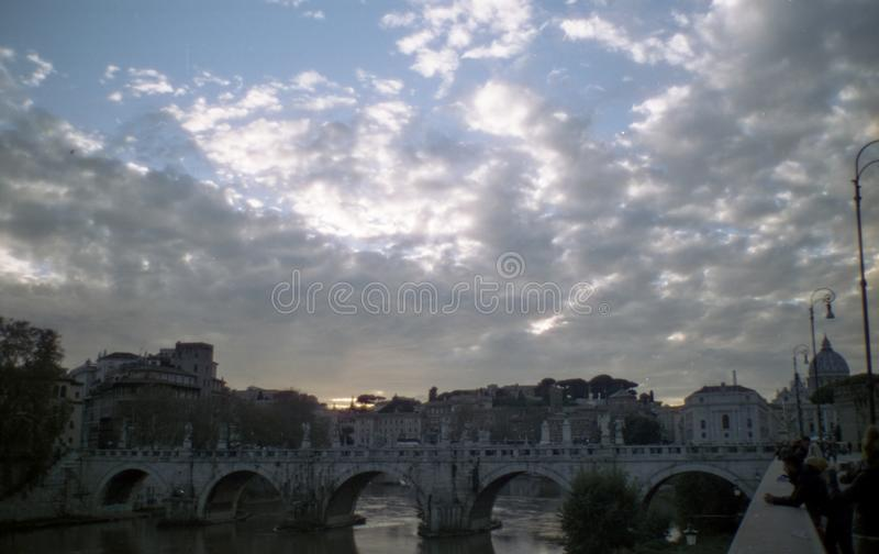 Zonnige wolken over Romes Tiber royalty-vrije stock foto
