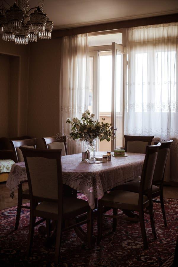 Zonnige woonkamerlijst en stoelen royalty-vrije stock foto