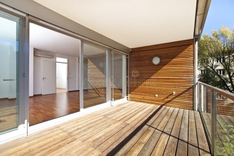 Zonovergoten balkon van eigentijdse architectuur