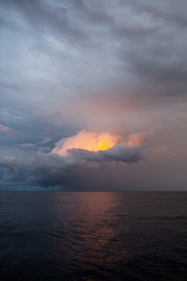 Zonovergoten Onweerswolken royalty-vrije stock foto