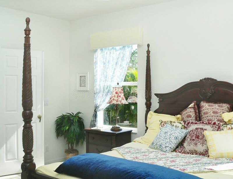 Zonovergoten slaapkamer stock afbeeldingen