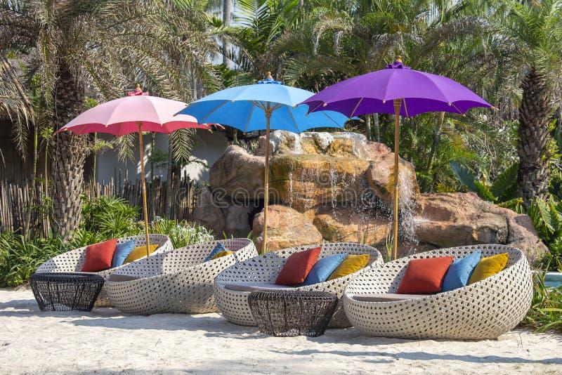 Zonparaplu en ligstoelen op tropische kustlijn voor vakantie en ontspanning, Thailand Reis en aardconcept royalty-vrije stock foto's