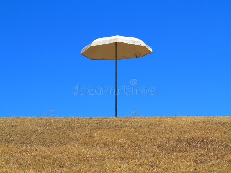 Zonparaplu omhoog op heuvel stock foto's