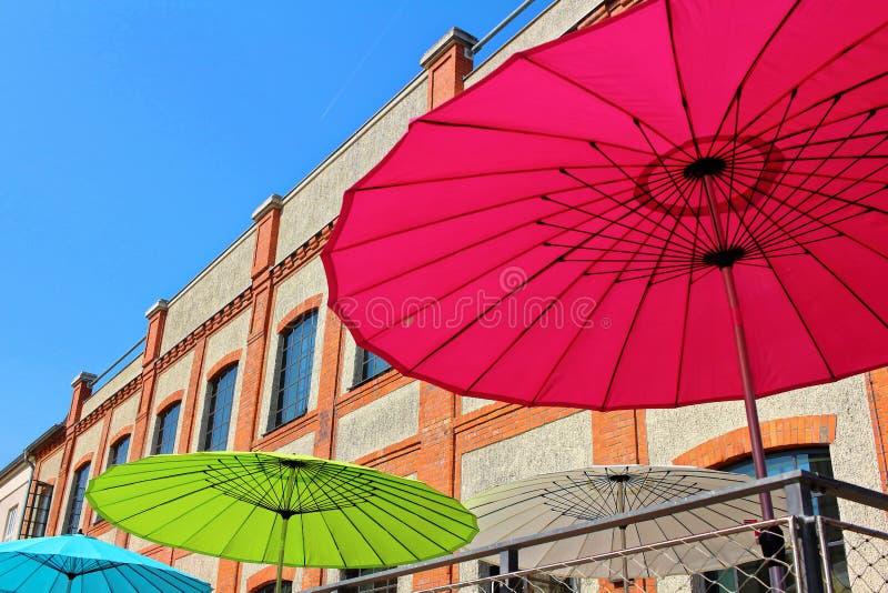 Zonparaplu's in de stad royalty-vrije stock afbeelding