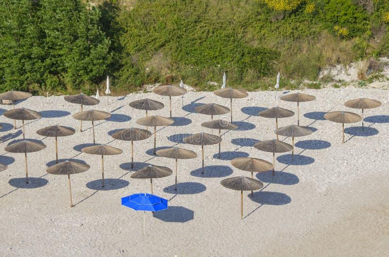 Zonschaduwen op strand - diversiteit stock fotografie