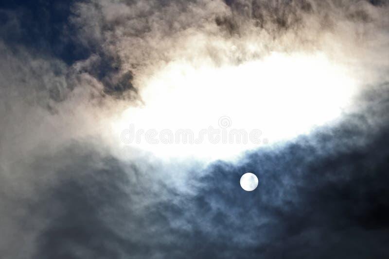 Zonschijf bij middag door de wolken royalty-vrije stock fotografie