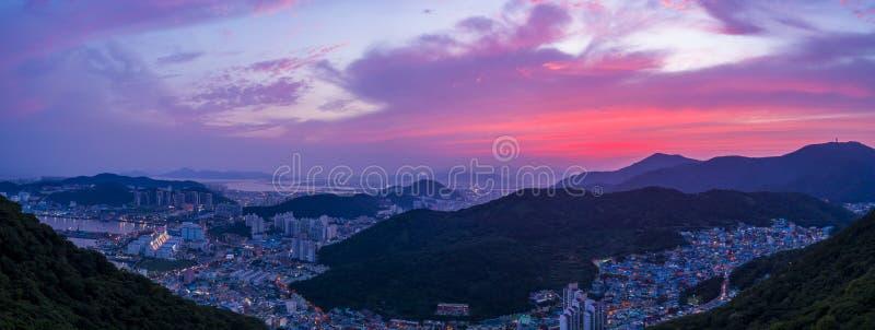 Zonsondergang aan de bergen royalty-vrije stock fotografie