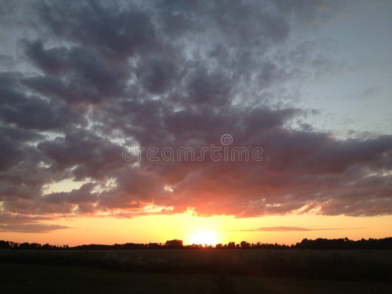 Zonsondergang aan de kant van het land stock afbeelding