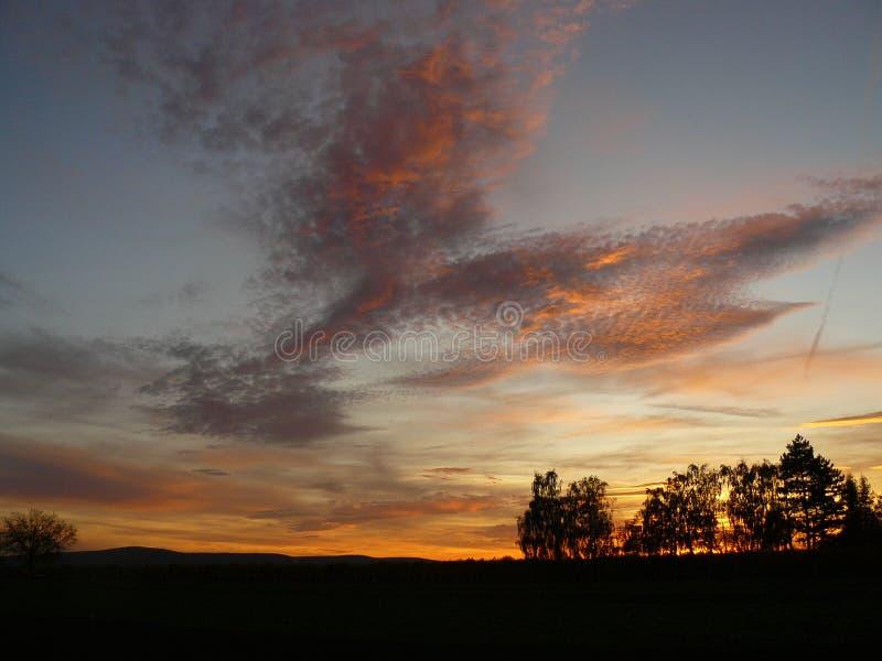 Zonsondergang aan de kant van het land in Oostenrijk royalty-vrije stock foto