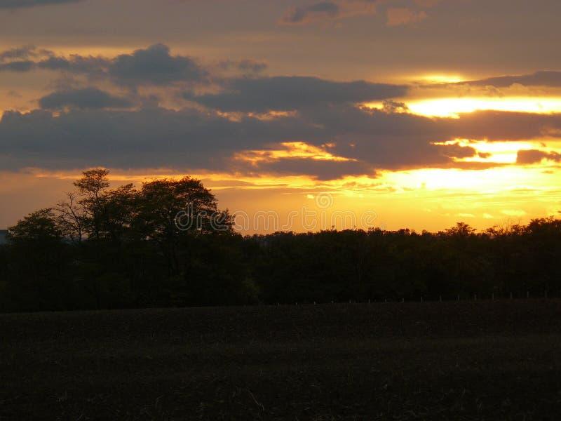 Zonsondergang aan de kant van het land in Oostenrijk royalty-vrije stock afbeelding