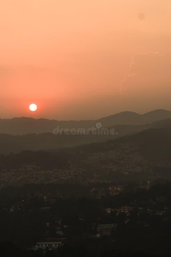 Zonsondergang achter bergen stock fotografie