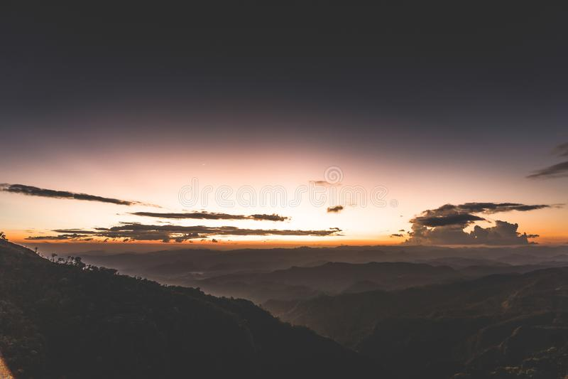 Zonsondergang achter de berg in Doi Thule, Tak, Thailand royalty-vrije stock foto