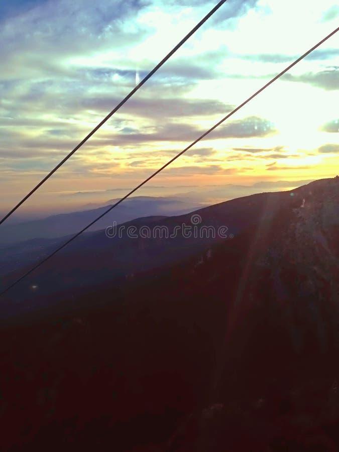 Zonsondergang achter de bergen stock afbeelding