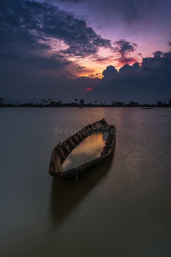 Zonsondergang achter de boot in het midden van ingediende rijst royalty-vrije stock fotografie