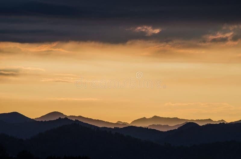 Zonsondergang achter de horizon stock afbeeldingen