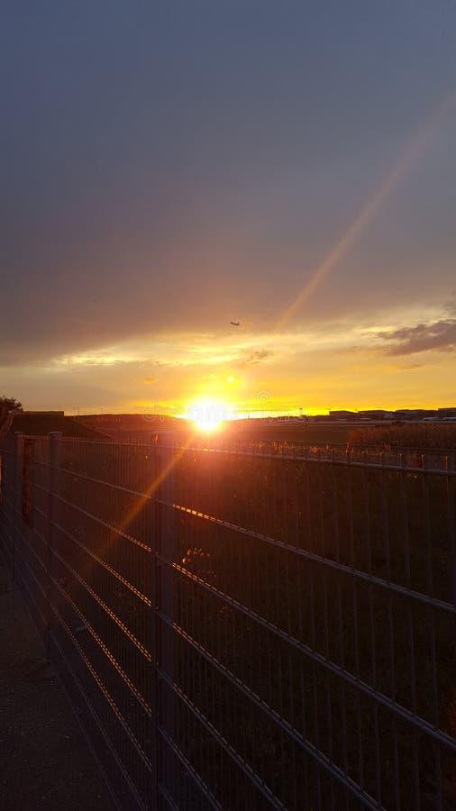 Zonsondergang achter de horizon stock foto