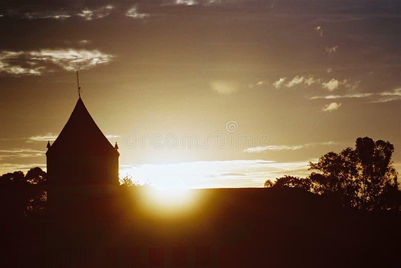 Zonsondergang Achter De Kerk Stock Afbeeldingen