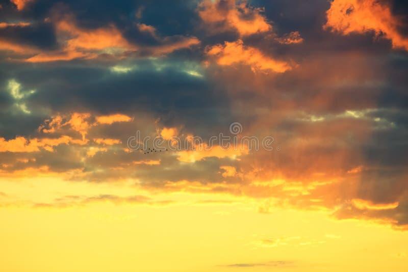 Download Zonsondergang Achter Wolken Stock Afbeelding - Afbeelding bestaande uit hemel, schemer: 54085515