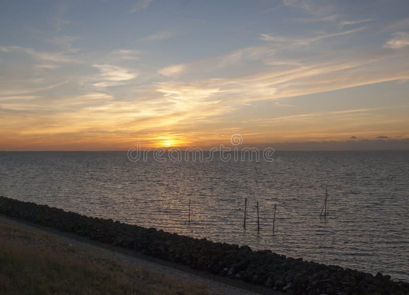 Zonsondergang in Afsluitdijk stock fotografie