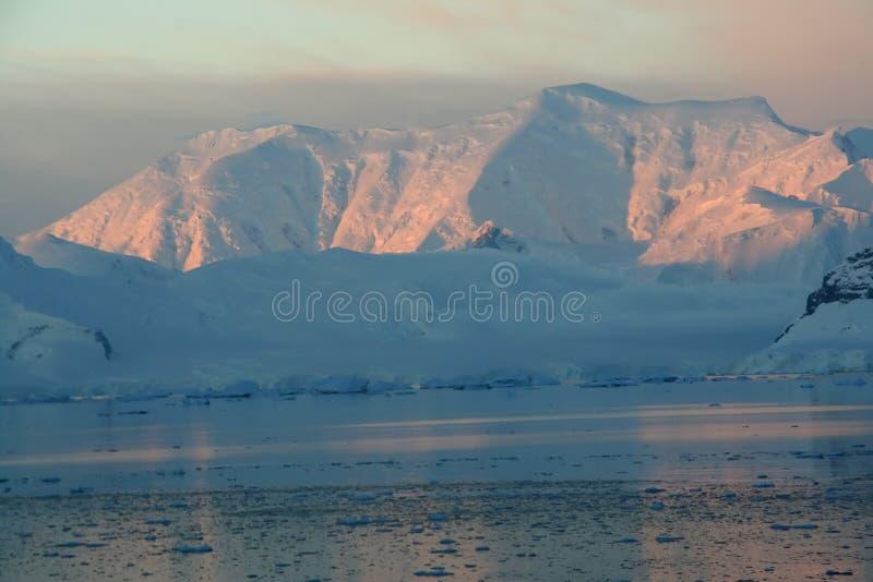 Zonsondergang & alpenglow, roze bergen royalty-vrije stock afbeeldingen