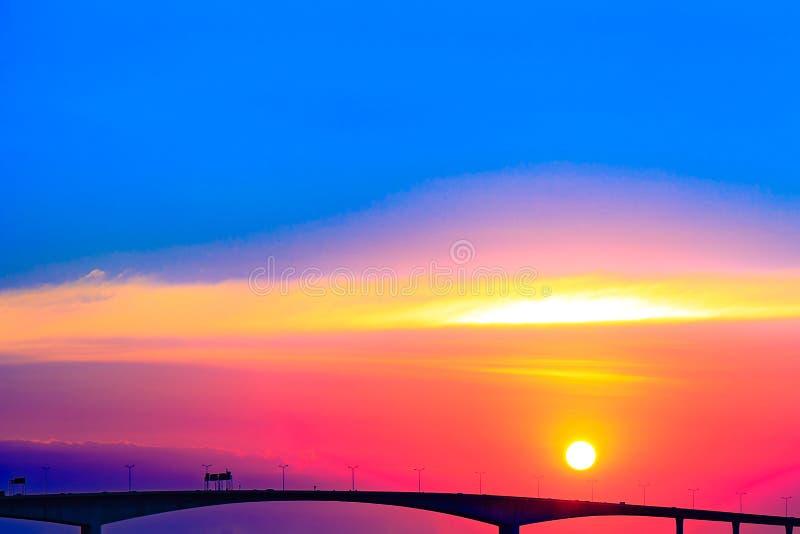 Zonsondergang of avondtijd over brugweg of straat royalty-vrije stock afbeelding