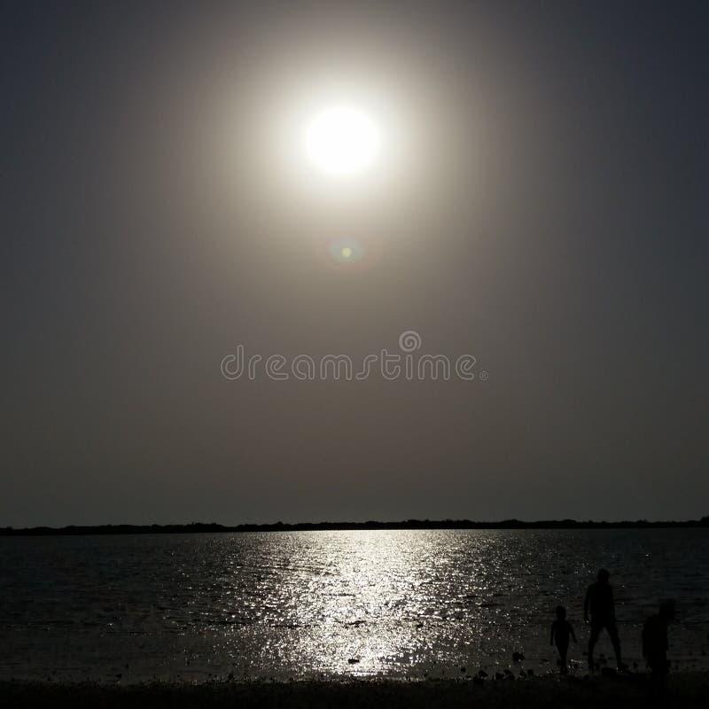 Zonsondergang begin dag en vergadering met het overzees stock foto
