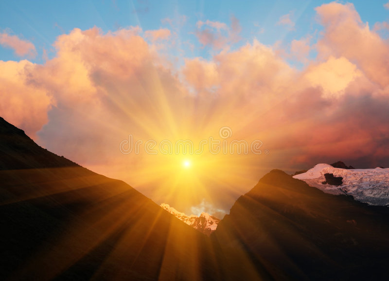 Zonsondergang in berg stock afbeelding