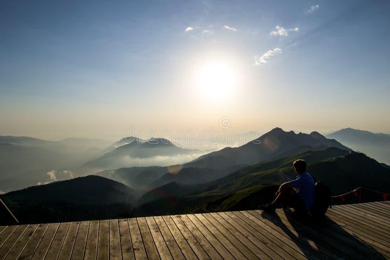 Zonsondergang in berg-altijd verrukkelijk stock afbeelding