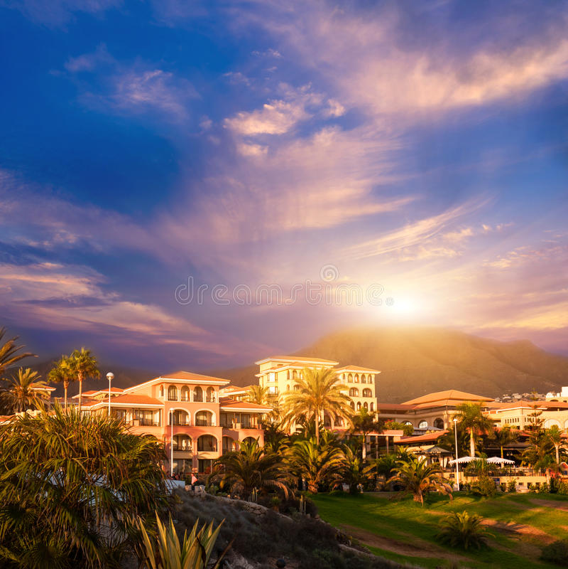 Zonsondergang in berg van Puerto de la Cruz, Tenerife, Spanje. Het hotelToevlucht van de toerist. Zonsondergang royalty-vrije stock afbeelding