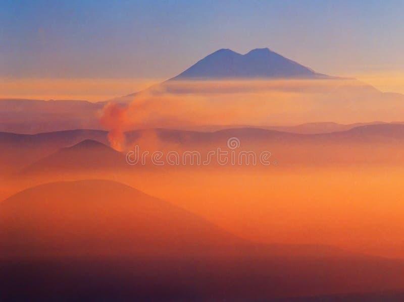 Zonsondergang in bergen stock fotografie